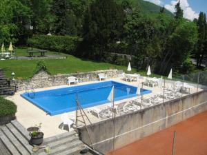 Uitzicht op het zwembad bij Hôtel Garni Villa Carmen of in de buurt