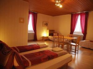 Giường trong phòng chung tại Hôtel Garni Villa Carmen