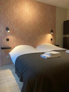 Een bed of bedden in een kamer bij Hotel De Horper Wielen
