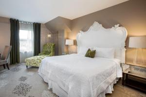 A bed or beds in a room at Mansion on Forsyth Park, Kessler Collection