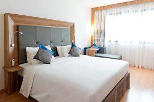 A bed or beds in a room at Novotel Salvador Hangar Aeroporto