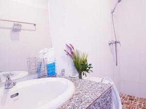 A bathroom at Simon Riverside Hotel
