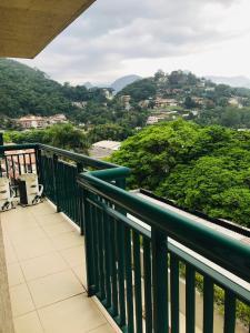 A balcony or terrace at Apartamento Encantador, duas suítes vista mata
