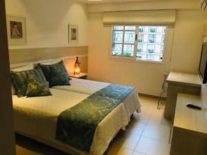 A bed or beds in a room at Apartamento Encantador, duas suítes vista mata