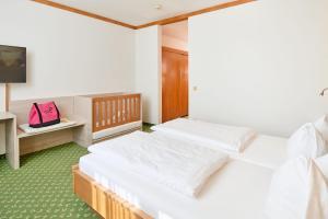 Ein Bett oder Betten in einem Zimmer der Unterkunft Thermenhotel Kurz