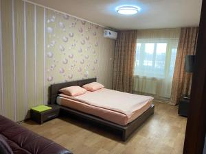 A bed or beds in a room at Apartment na Transportnoy Ulitse
