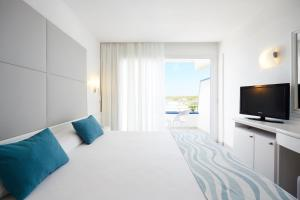 A bed or beds in a room at Insotel Hotel Formentera Playa