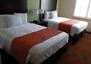 A bed or beds in a room at Quality Inn & Suites Victoria East