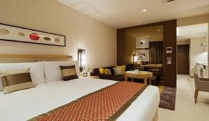 A bed or beds in a room at Oakwood Premier Tokyo