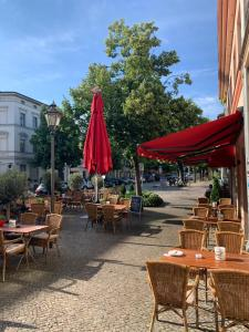 A restaurant or other place to eat at Altstadt Hotel