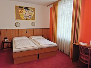 A bed or beds in a room at Garten- und Kunsthotel Gabriel City