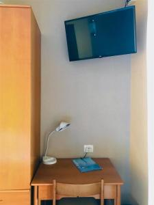 A television and/or entertainment centre at Hotel Garden