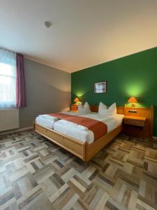 Ein Bett oder Betten in einem Zimmer der Unterkunft Landgasthaus Zander