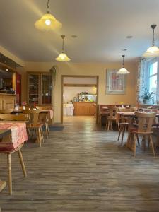 Ein Restaurant oder anderes Speiselokal in der Unterkunft Landgasthaus Zander
