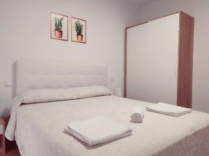 """Cama o camas de una habitación en Apartamentos """"EL BARCO"""""""