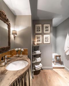 A bathroom at Unique 5-Star Hidden Gem Right In The Main Centre - Dijver