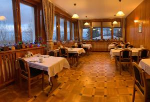 A restaurant or other place to eat at Pensjonat Paradise