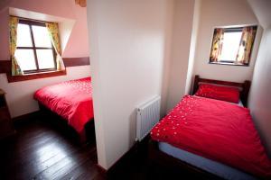 Un ou plusieurs lits dans un hébergement de l'établissement Aille River Hostel & Camping Doolin