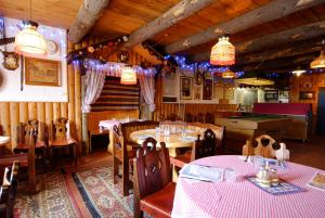 A restaurant or other place to eat at Karelia Alpine Lodge