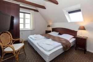 En eller flere senge i et værelse på Foldens Hotel