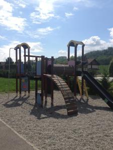 Aire de jeux pour enfants de l'établissement Couett' Hotel Rumilly