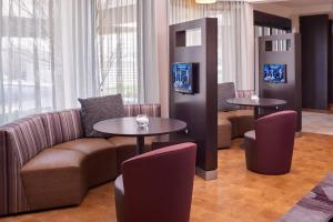 A seating area at Courtyard by Marriott St. Louis Downtown West