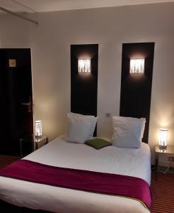 Кровать или кровати в номере Hotel Peyris Opera