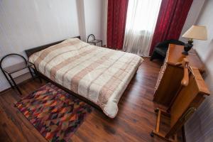 Кровать или кровати в номере Апартаменты Брусника Красносельская
