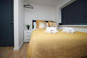 A bed or beds in a room at Chepstow House Apartment 2 by StayBC