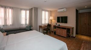 A bed or beds in a room at Venus Hotel Tam Đảo