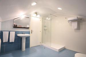 A bathroom at Hotel Conde Rodrigo 2