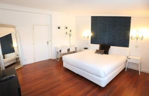 A bed or beds in a room at Hotel Conde Rodrigo 2