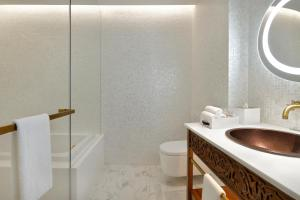 A bathroom at Hotel Indigo Dubai Downtown, an IHG Hotel