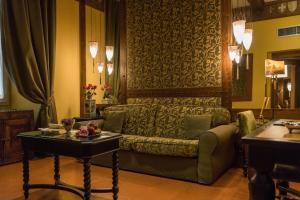 Hotel Bernini Palace tesisinde bir oturma alanı