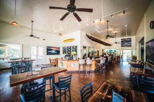 A restaurant or other place to eat at Waimea Plantation Cottages, a Coast Resort
