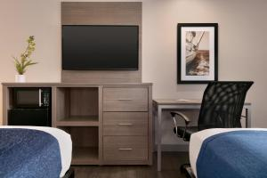A television and/or entertainment center at Torch Lite Inn at the Beach Boardwalk