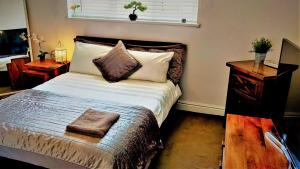 A bed or beds in a room at Freemantle Solent Lodge SGH
