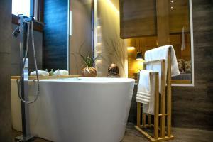 A bathroom at Wood Hotel – Casa da Montanha