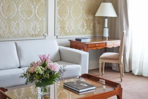 A seating area at Hotel El Palace Barcelona