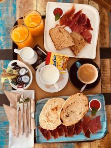 Breakfast options available to guests at Complejo Turístico La Garganta