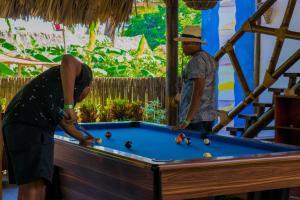 Ein Billardtisch in der Unterkunft Primaluna Beach Hostel