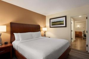 A bed or beds in a room at Hilton Garden Inn Jacksonville/Ponte Vedra
