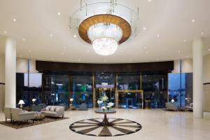 منطقة الاستقبال أو اللوبي في كراون بلازا قصر الرياض