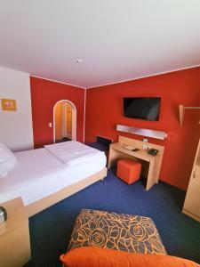 Ein Bett oder Betten in einem Zimmer der Unterkunft Hotel Silberhorn
