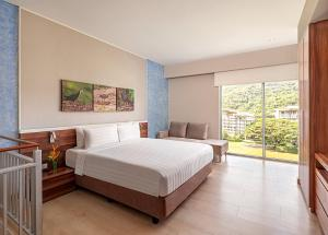 A bed or beds in a room at Pico Sands Hotel