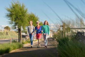 Een gezin dat verblijft bij Camping Veld & Duin