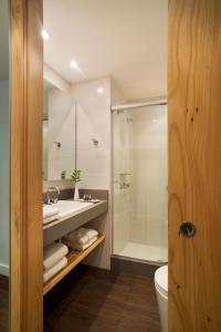 A bathroom at Ipanema Inn Hotel