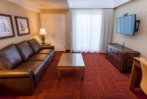 A seating area at Howard Johnson by Wyndham Anaheim Hotel & Water Playground