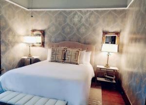 A bed or beds in a room at De La Vina Inn