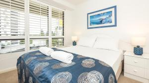 A bed or beds in a room at Victoria Square Apartments